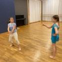TOZ by Esther Dansschool - Theaterdans 2. Saffron en Roos maken samen een dans tijdens de les